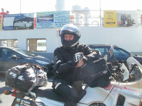Vor Freude, auf der Fähre zu sein, kann man mein Grinsen sogar durch den Helm sehen...