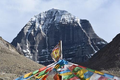 Bunte Gebetsfahnen, im Hintergrund der Kailash. Foto: Ewald Kunst