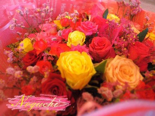 三色のバラを使った花束