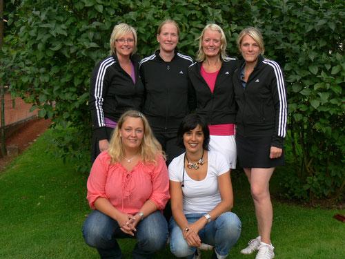 hintere Reihe von links: Steffi Grothe, Tina Essen, Julia Büthe und Julia Naht;     vordere Reihe von links: Birte Lampe, Heidrun Horter