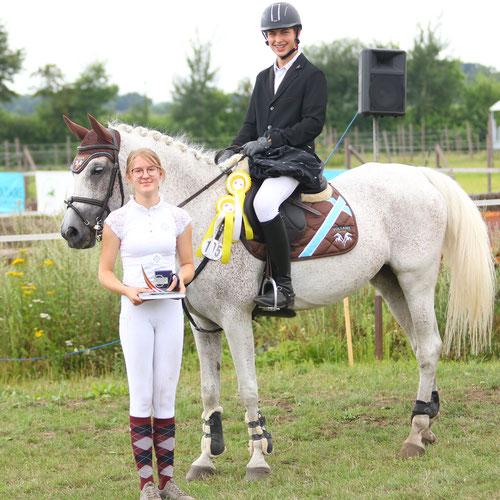 """""""ZSAA-Ehrenpreis - beste ShA-Stute Aukrug 2021"""" - Roxana v. Occident a.d.Rahwina (Hadban XVI-8 x Radautz); geb. 2005 Shagya-Araber Gestüt Itzbacherhof (GER) & Gewinner Sonderehrenpreis U18 Jungen aufs Pferd  Douglas-William-Otto Wurms (RV Aukrug)"""