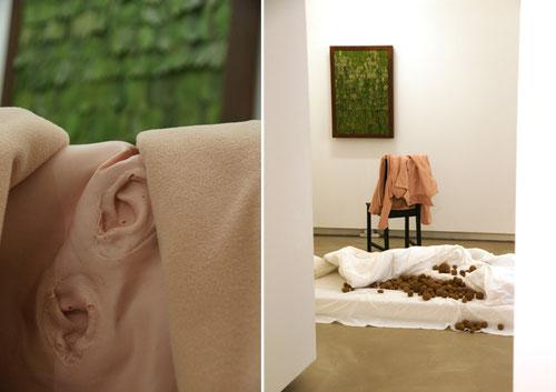 dissoziierte verinnerung. raum / audioinstallation - atmendes lorbeerobjekt, sprechendes treibgut, eisen, latex, stoff, lautsprecher - © 2011