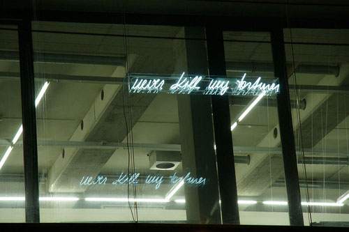 never kill my torturer. lass mir meinen peiniger, neonschriftzug an der aussenfasade der galerie eboran salzburg ©2013