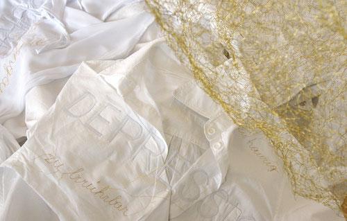 auseinander.gekommen - sie haben mein wort / detail, installation, golddraht, bestickte kleidungsstücke, licht, 2014