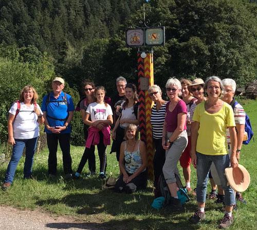 Hans Kneissler mit einer Wandergruppe vor der ehemaligen Landesgrenze von Baden und Württemberg
