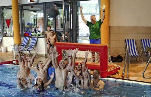 Wer kann am höchsten springen? - Der Ehrgeiz der jungen Wasserballer war da rasch geweckt. Foto: Julienne Rogg