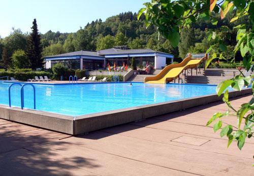 Ebenso bietet das Freibad ein Nichtschwimmerbecken mit großer Rutsche!