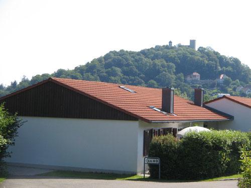 Unser Ferienhaus (der vordere Teil bis zum ersten Kamin) mit der Falkensteiner Burg