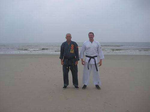 rechts im Bild Ralf Brüning, links Erich B. Ries am Strand von Wangerooge 2015