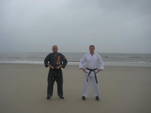 Das Bild zeigt Ralf Brüning (rechts im Bild) und Erich B. Ries am Strand von Wangerooge