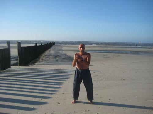 Erich B. Ries beim isometrischen Muskeltraining am Strand: Thalassso und Kenko Kempo Karate, was kann gesünder sein?