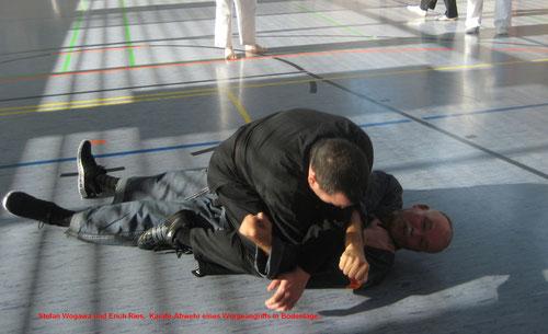 Das Bild zeigt eine einfache Befreiungstechnik bei Üben von Selbstverteidigung (1. Bundeslehrgang der KKKO in Blankenhain 11/2014)