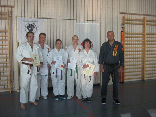 Kenko Kempo Karate Prüfungen in Blankenhain - hier die erfolgreichen Prüflinge mit Erich Ries (rechts)