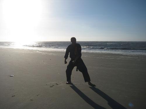 Erich B. Ries am Strand von Wangerooge beim Üben von Kata/Formen