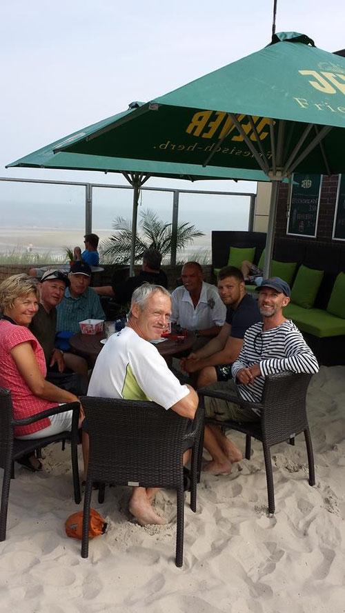 Sommer 2014: Holger und 5 weitere PaddlerInnen wollten etwas mehr über Seehunde erfahren. Spontan hatten sie mich auf Wangerooge mit ihren Kajaks besucht, das Informationsgespräch fand in der Strandbar von Windsurfing Wangerooge statt...