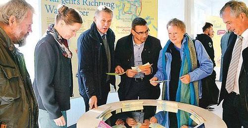 Sahen sich die Ausstellung an: Dr. Thomas Clemens (von links), Silke Schmidt, Peter Südbeck, Sven Ambrosy, Almut Kottwitz und Dirk Lindner.  Bild: Antje Brüggerhoff