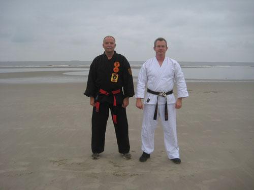 Prüfung bestanden! Frank Stolzenburg und Erich B. Ries am Strand Wangerooge (November 2013)