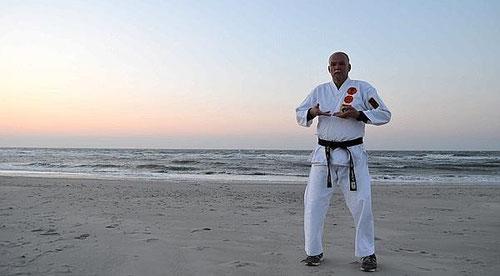 """Erich B. Ries, """"Grandmaster"""" Kenko Kempo Karate am Strand der autofreien Trauminsel für Individualisten Wangerooge (Reportage der Nordwestzeitung ´Mit Karate stark fürs Leben`2014)"""