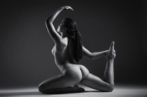 Sportliches Aktfoto in Schwarz-Weiß