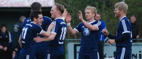 Jubel nach der vorzeitigen Entscheidung: Die VfL-Spieler bejubeln Benjamin Lünemanns Treffer zur 3:0-Führung