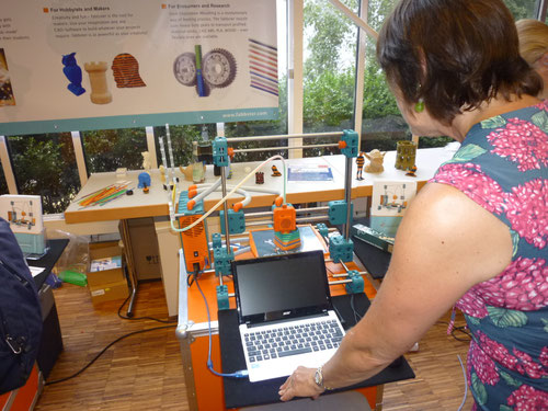 Prof. Veronika Bellone am 3D-Drucker. Copyright: Thomas Matla
