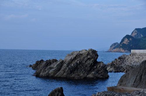 すごい岩場。まるで「ジオパーク」!!山陰海岸ジオパークにこの辺もまぜてほしい。