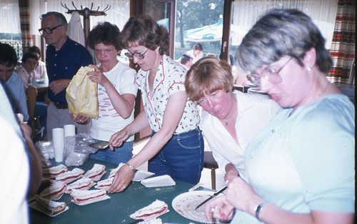 AMC-Damen beim Kuchen richten