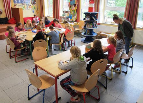 Über den neuen Stühle vom Förderverein freuen sich unsere Leseratten!