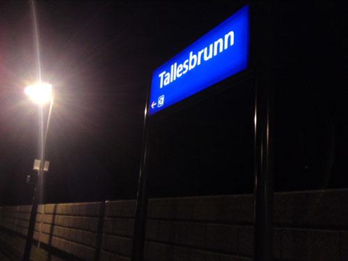 Bahnstation neues Schild. -