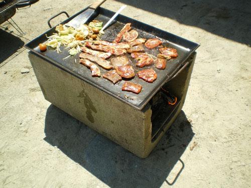 U字溝 アツアツ鉄板 お好み焼きテーブルサイズ  鉄板 BBQ 鉄板焼き ホルモン焼き かまど 自作 オサエちゃん 極厚鉄板 レシピ 角型鉄板 キャンプ レンガ 手作り
