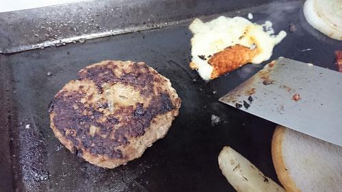 鉄板,鉄板焼き,大きい,ハンバーガー,バンズ,お弁当,ハンバーグ,パテ,玉ねぎ,ベーコン,温度,目玉焼き,ケチャップ,ウスターソース,マスタード,タイミング,アツアツ