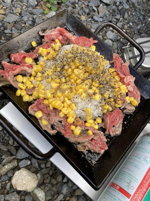 アツアツ鉄板、鉄板、BBQ,ペッパーランチ、ブラックペッパー、アウトドア、マリトッツオ、ファミマ、牛肉、コーン、ねぎ、日本食研、焼き肉のたれ、ニンニク、温め、あたため、バター、ビーフペッパーライス