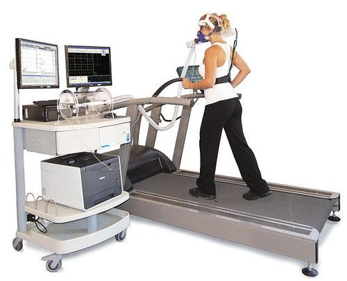 Mesure de la VO2max sur un dispositif moderne de la mesure des échanges gazeux durant un exercice sur tapis roulant. Source : wikipédia.