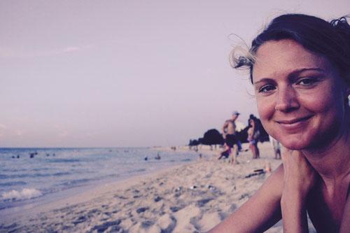 Glückliche Christina am Strand von Varadero - ihre Augen  verraten mehr als 1000 Worte: Die Weltreise  war die beste Idee, die wir je hatten .... (also gleich  nach der  Idee zu heiraten;-)