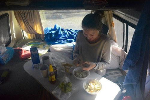 Tina macht Müsli im Wohnzimmer/Küche/Schlafzimmer. :-)