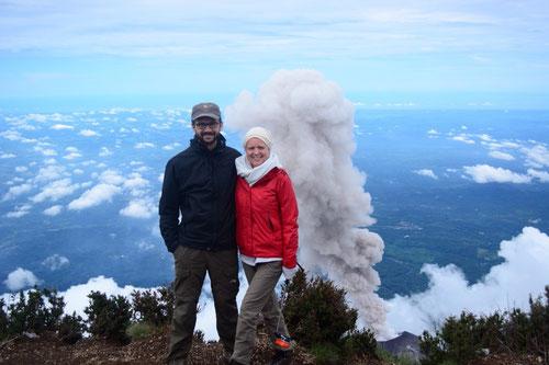 Jetzt mal cool bleiben! Ist ja nur eine riesige Giftwolke (!), die der aktive (!) Vulkan (!) da hinter uns grad ausspuckt! (+!!)