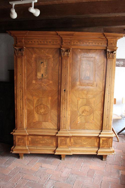Unrestauriert, Holzschäden, lose Furniere, Holz ist stark ausgebleicht, Lack ist verfärbt und spröde