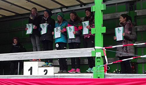 Thea Lehmbrock (links) siegte über 2050m der W13 in tollen 8:46 Minuten. Ihre Trainingspartnerin Lena Bonhoff (4. von links) wurde Vierte in 9:45 Minuten.
