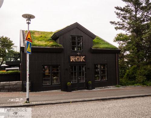 Restaurant ROK in Reykjavik - Holzhaus mit Moosdach