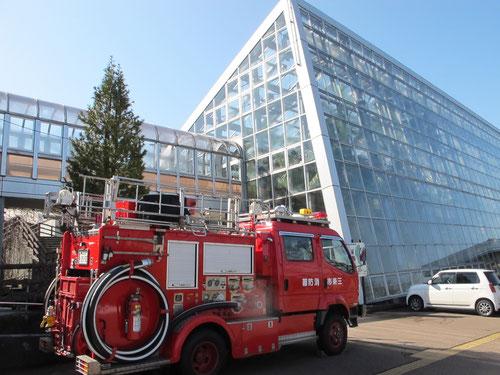 温室と消防車。