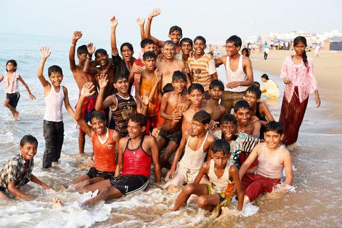 Jedes Jahr machen wir mit 50 Kindern einen Ausflug, meistens nach Puri ans Meer.