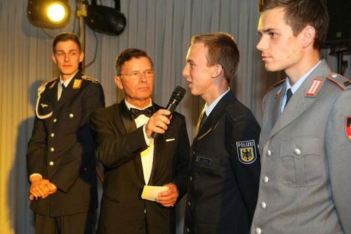 Die Potsdamer Geher müssen sich beim Ball des Vereins die Fragen des Moderatoren stellen (Foto: A. Klar)