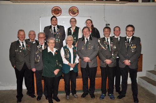 Vizepräsident Jürgen Bauer (2v.l.) mit den geehrten Vereinsmitgliedern. Foto Michael Hensel