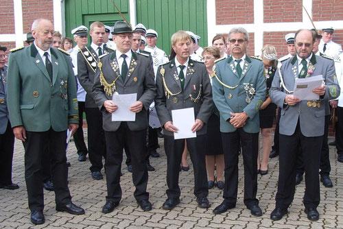 v. l.: Kreisschützenmeister Otto Heinsohn, Hartwig Rath (VA in Silber), Arno Schmidt (VA in Bronze), Heino Kreschinski (stellv. Kreisschießwart) und Wilfried Röndigs (stellv. Verbandsgeschäftsführer) (Foto: Rath)
