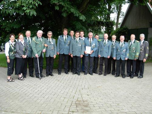 Geehrte Mitglieder des Schützenverein Weißenmoor mit ihrem Präsidenten Heino Kreschinski und der Abordnung des Schützenverbandes Altkreis-Neuhaus-Oste mit Kreisschützenmeister Otto Heinsohn.