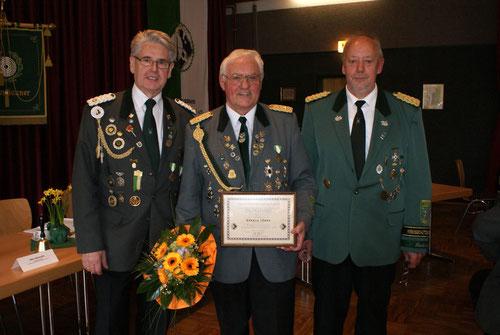 v.l.: Verbandsgeschäftführer Brokelmann, Ronald Lührs, geehrt für 25. Jare Vorstandsarbeit, Kreisschützenmeister Otto Heinsohn. Foto: Jäger