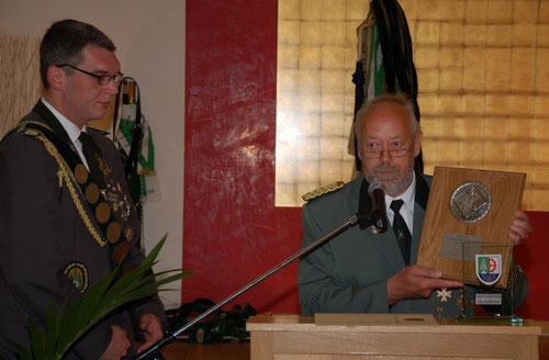 Kreisschützenmeister Otto Heinsohn und der Präsident Michael Niecznik bei der Übergabe der Jubiläumsplakette des Schützenverbandes.