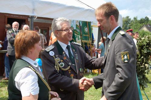 Rechts Präsident Detlef Brandt bei der Entgegennahme der Glückwünsche von Verbandsgeschäftsführer Gerd Brokelmann und Beisitzerin Petra Schröder. (Foto J. Bauer)