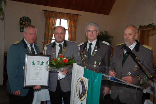 v.l.: Stefan thiele, stellv. Kreisschützenmeister, Wilfried Röndigs (VA in Silber), Verbandsgeschäftsführer Gerd Brokelmann und Kreisschützenmeister Otto Heinsohn. (Foto J. Bauer)