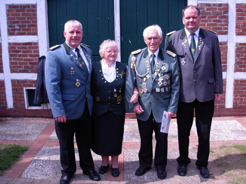 v. l.: Präsident Stefan Thiele, Elli Reyelt mit Ehemann Gerhard Reyelt (VA in Gold) und stellv. Präsident Jens Schütt.